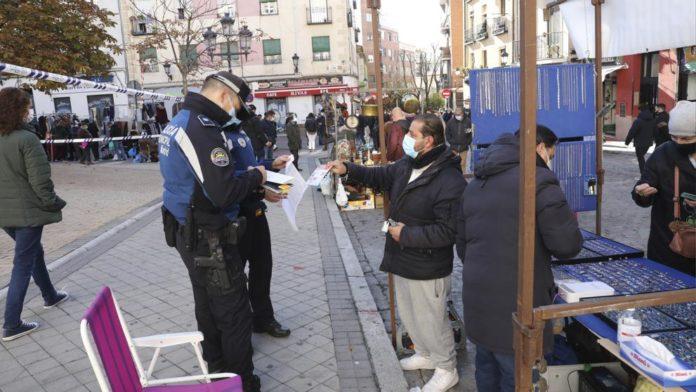 150 policías municipales controlaban el acceso al Rastro de Madrid