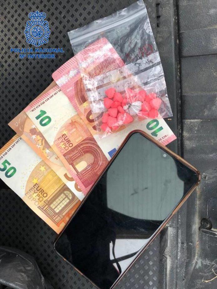 La Policía Nacional detiene a un individuo como presunto autor de un delito de tráfico de drogas que fue sorprendido en un control
