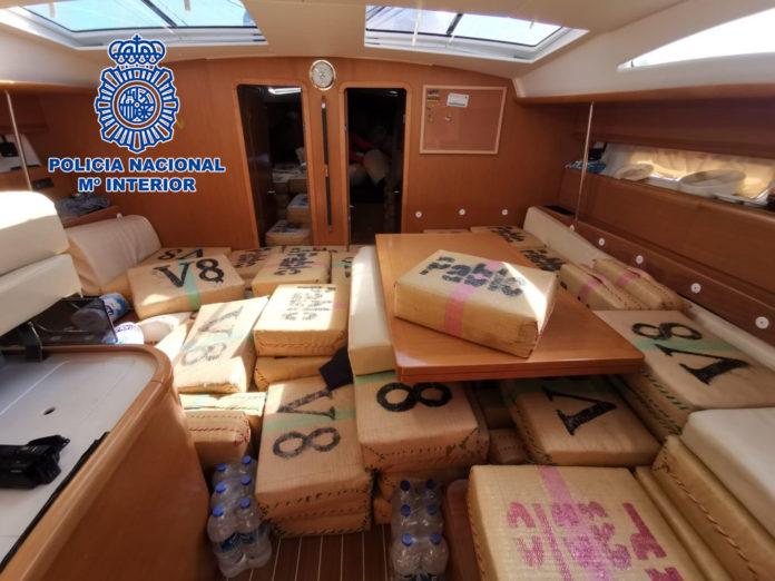 Detenidas tres personas en un narcovelero cargado con seis toneladas de hachís